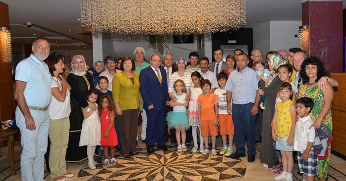 Muğla Valisi Amir Çiçek eşi Hülya Çiçek ile birlikte Muğla'daki koruyucu ailelerle iftarda bir araya geldi.