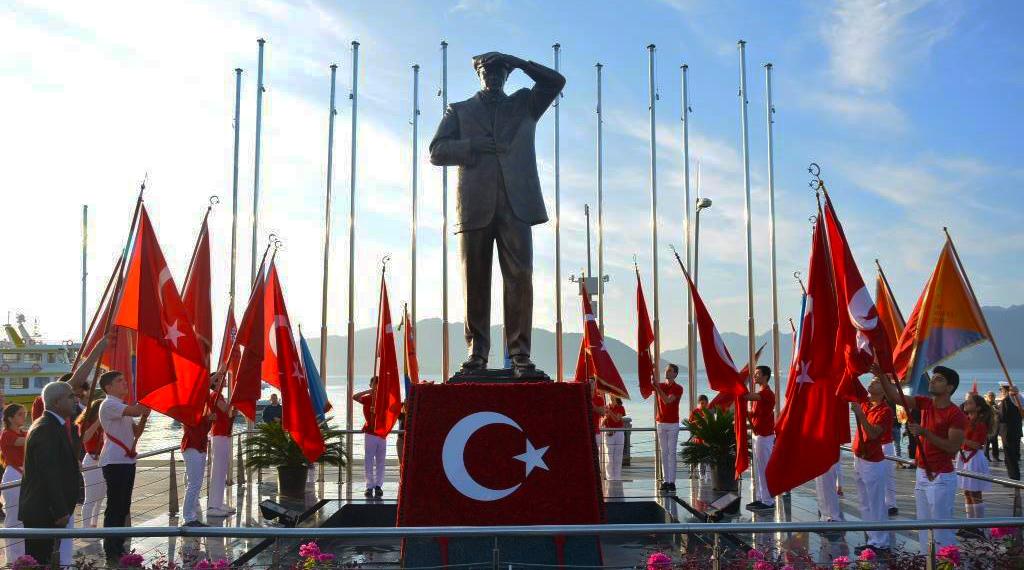 Karanfilden Türk Bayrağı İlgi Odağı Oldu